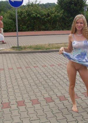 Раскованная блондинка не стесняется удивленных взглядов, когда гуляет по улицам своего города - фото 1
