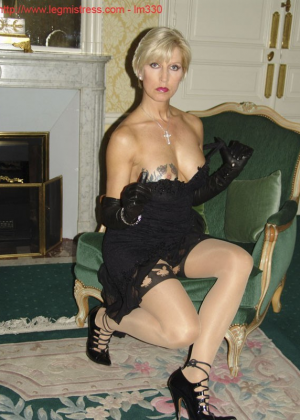 Зрелая роковая блондинка показывает свое хорошо сохранившееся тело с множеством татуировок - фото 23