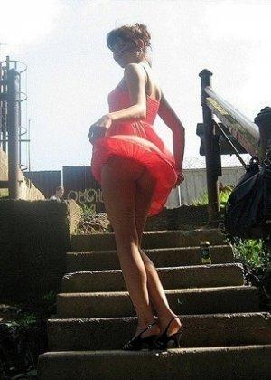 Девушка гуляет в летнем платье и периодически приподнимает его, чтобы показать свою киску - фото 4