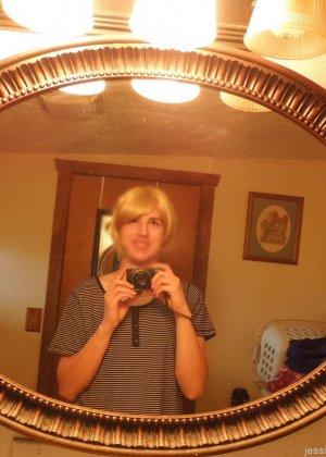 Девушка меняет разное белье перед зеркалом и показывает себя перед камерой, но скрывает лицо - фото 23