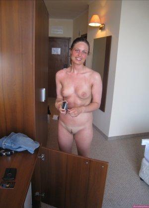 Сексуальная девушка делает откровенные селфи, снимая себя в разных ситуациях, даже с вибраторами - фото 35