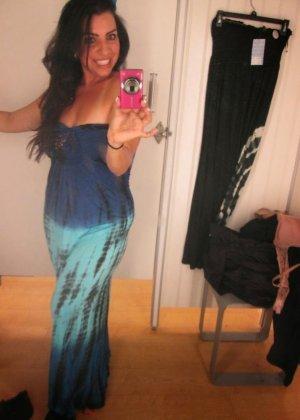 Девушка с экзотической внешностью делает селфи, на которых она меняет разные платья и не только - фото 14