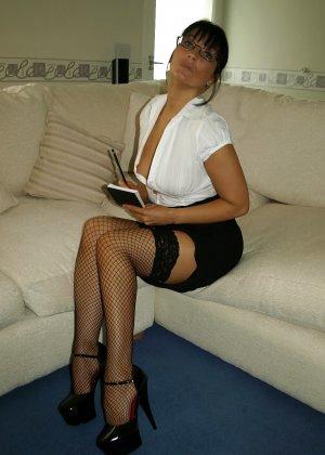 Брюнетка показывает, как она меняет образы – в любом из них она выглядит очень сексуально - фото 63
