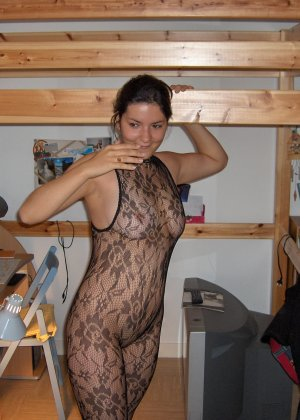 Сильвия показывает свои многочисленные эротические наряды, в которых она выглядит очень сексуально - фото 16