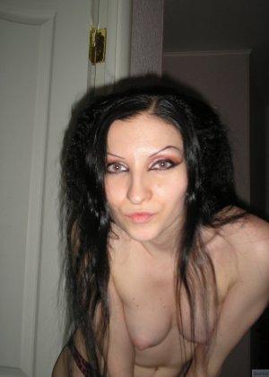 Девушка соглашается на домашнюю эротическую фотосессию, в которой она постепенно раздевается - фото 17