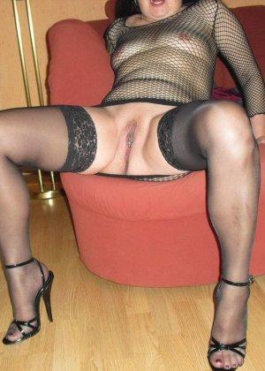 Женщина готова показать, как она мочится в унитаз и ходит с зажимами на сосках и половых губах - фото 22