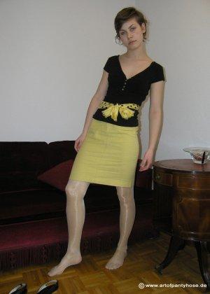 Немецкая студентка Шарлотта немного стесняется, но все же позирует в разной одежде и белье - фото 40