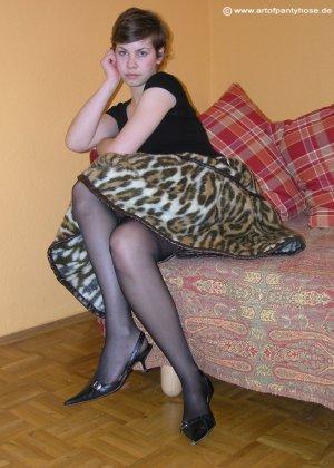 Немецкая студентка Шарлотта немного стесняется, но все же позирует в разной одежде и белье - фото 1