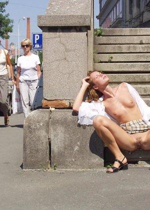 Распутная телочка гуляет по улицам красивого города и при этом оголяется на глазах у шокированного народа - фото 29