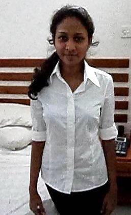 Экзотическая девушка из Шри-Ланки очень мила и соглашается на просьбы раздеться перед камерой - фото 12