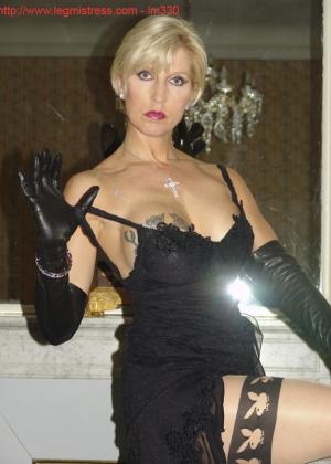 Зрелая роковая блондинка показывает свое хорошо сохранившееся тело с множеством татуировок - фото 21