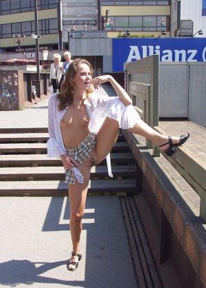 Распутная телочка гуляет по улицам красивого города и при этом оголяется на глазах у шокированного народа - фото 36