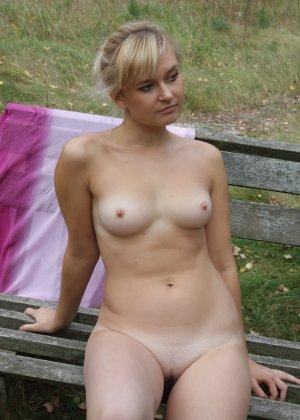 Милая блондинка позирует прямо на природе и не стесняется – ее фигурке можно только позавидовать - фото 59