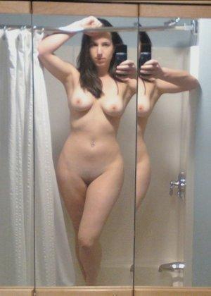 Брюнетка любит снимать селфи, причём она обнажается и показывает себя без всего - фото 15