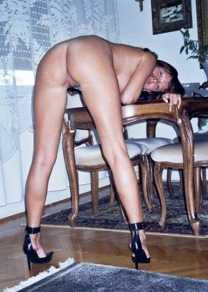 Сексуальная брюнетка Майя показывает стройное тело, принимая самые откровенные позы - фото 46