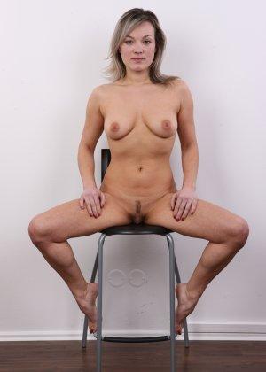 Девушка участвует в фотосессии, чтоб показать своё обнажённое тело перед камерой всем желающим - фото 19
