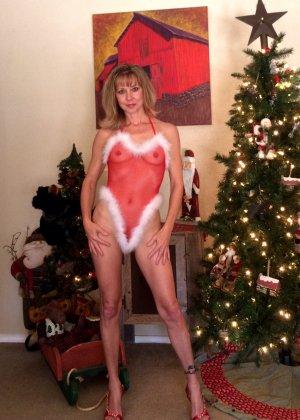 Девушка в рождественском боди позирует перед камерой – она выглядит достаточно соблазнительно - фото 2