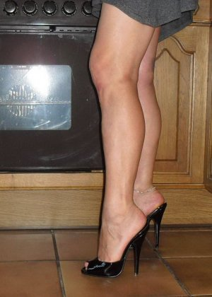Женщина готова показать, как она мочится в унитаз и ходит с зажимами на сосках и половых губах - фото 17