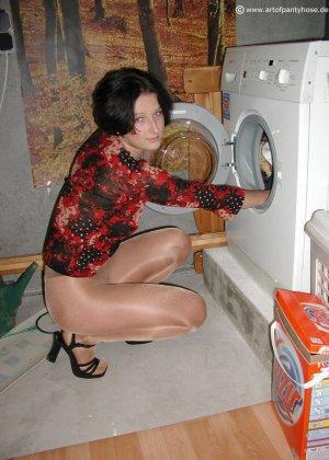 Женщина дразнит своим телом, иногда показывая обнаженные участки – ей нравится быть соблазнительницей - фото 23