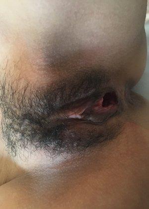 Женщине с волосатой пиздой надевают на глаза маску, а в это время снимают крупным планом ее щель - фото 18