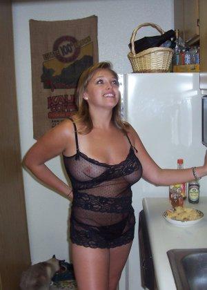 Парочка любит снимать домашнее эротическое фото, на которых они занимаются жарким сексом - фото 3