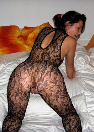 Сильвия показывает свои многочисленные эротические наряды, в которых она выглядит очень сексуально - фото 18