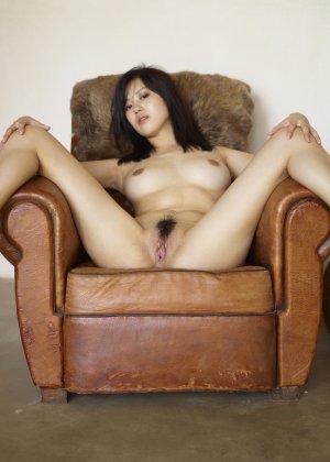 Коната – азиатка, которая расслабленно лежит на кресле с раздвинутыми ногами и показывает волосатую пизду - фото 2