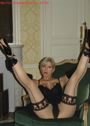 Зрелая роковая блондинка показывает свое хорошо сохранившееся тело с множеством татуировок - фото 16
