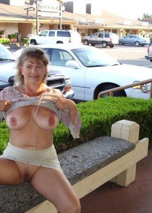Зрелая пышная женщина показывает свое тело, абсолютно не стесняясь взглядов окружающих - фото 3