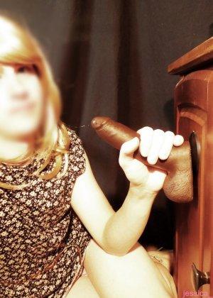 Девушка не видит лица своего партнера и не показывает свое – она старательно сосет большой ствол - фото 8
