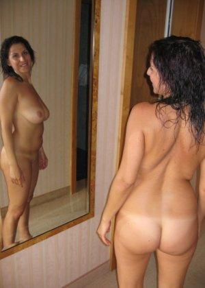 Девушки смотрят на себя в зеркало, оценивают фигуру и дают всем остальным тоже лицезреть себя - фото 1