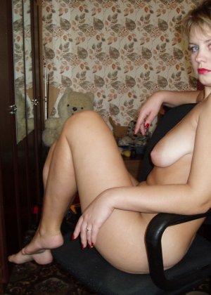 У раскованной блондинки предостаточно фотографий, на которых она показывает всем свое тело - фото 30