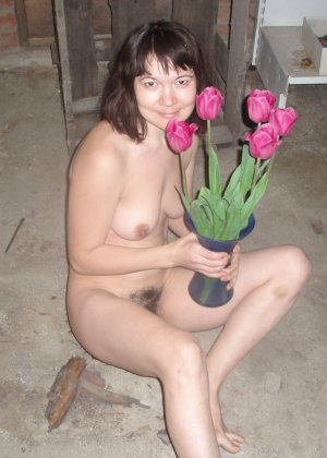 Ребекка с волосатой пиздой не стесняется своей естественности – она готова к съемке даже во время секса - фото 49