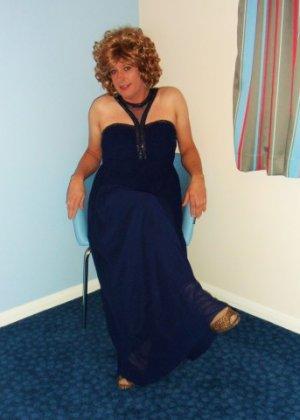 Зрелая женщина в элегантном платье лишь немного показывает эротики, но в основном стесняется - фото 18