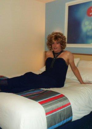 Зрелая женщина в элегантном платье лишь немного показывает эротики, но в основном стесняется - фото 19