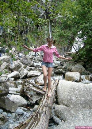 Карина любит путешествовать, но и снимать себя в обнажённом виде ей тоже очень нравится - фото 1