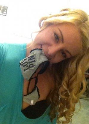 Смелая блондинка позирует в разных ракурсах и даже разрешает снимать себя во время секса - фото 5