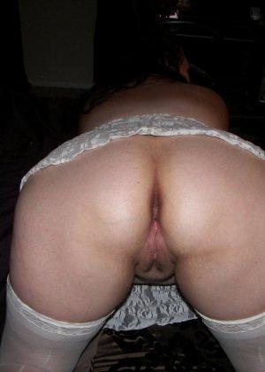 Развратница с аппетитной попкой показывает свой зад, широко расставляя ноги перед камерой - фото 9