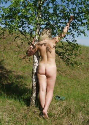 У раскованной блондинки предостаточно фотографий, на которых она показывает всем свое тело - фото 42