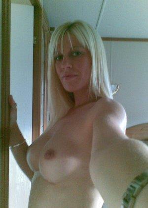 Смелая блондинка позирует в разных ракурсах и даже разрешает снимать себя во время секса - фото 47