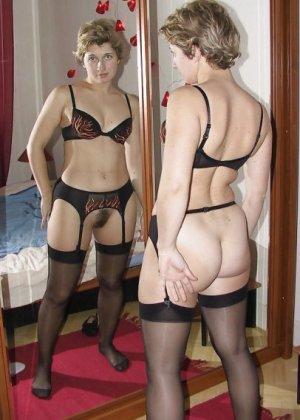 Девушки смотрят на себя в зеркало, оценивают фигуру и дают всем остальным тоже лицезреть себя - фото 7
