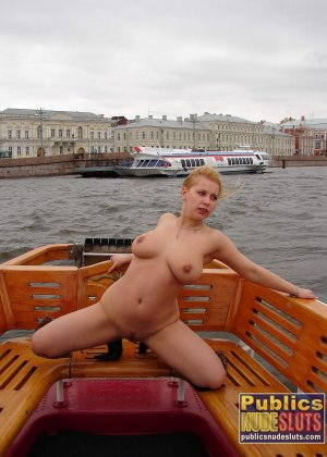 Девушка плавает на теплоходе в Санкт-Петербурге и при этом показывает полностью обнаженное тело - фото 13
