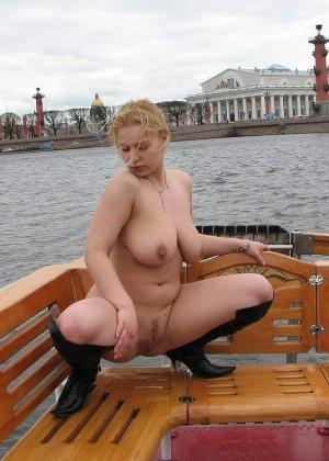 Девушка плавает на теплоходе в Санкт-Петербурге и при этом показывает полностью обнаженное тело - фото 60