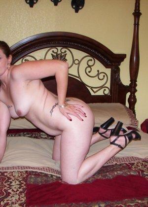 Пышная дамочка готова раздеваться и показывать себя перед камерой - ей это ничего не стоит - фото 3