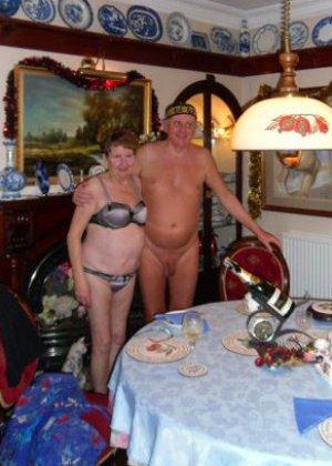 Зрелые парочки встречают Рождество и при этом не стесняются раздеваться перед камерами около елки - фото 19