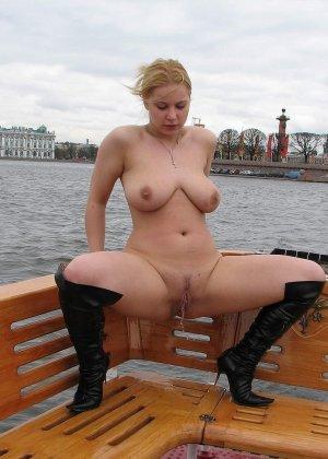 Девушка плавает на теплоходе в Санкт-Петербурге и при этом показывает полностью обнаженное тело - фото 49