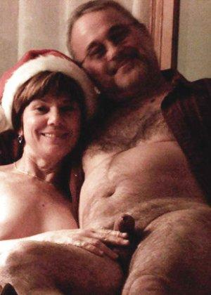 Зрелые парочки встречают Рождество и при этом не стесняются раздеваться перед камерами около елки - фото 32
