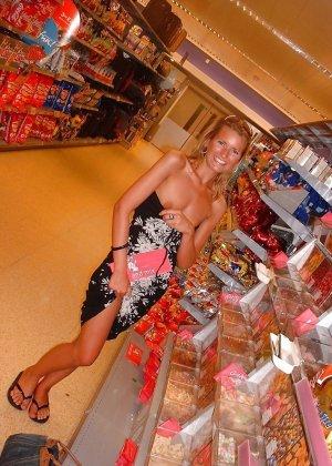 Смелые девушки гуляют по магазинам и демонстрируют некоторые свои части тела, приподнимая одежду - фото 2