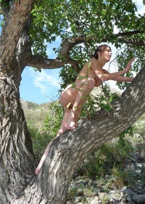 Карина любит путешествовать, но и снимать себя в обнажённом виде ей тоже очень нравится - фото 20