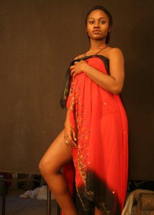 Африканская девушка показывает экзотическое тело в обнажённом виде прямо перед камерой - фото 26